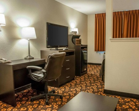 Welcome To Econo Lodge Inn & Suites New Mexico - King 1 Room Suite